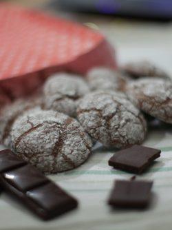 Печенье шоколадные трещинки: Еще одни печенюшки на ваш стол:) очень просто рецепт, который понравится всем любителям шоколада и романтики...