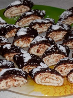 Блины - рулетики ореховые в шоколаде: Из ореховых блинчиков http://www.vkussovet.ru/recept/orehovye-blinchiki/ я сделала рулетики в шоколаде...