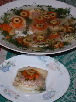 Заливное: В холодильнике лежал хороший кусок телятины. Решила сделать заливное. И стол украшает, и как закуска...
