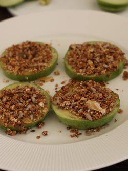 Яблочный десерт: Самый простой десерт в мире - яблоки, мед и гранола. Гранола - это смесь мюсли, орехов и семечек, меда...